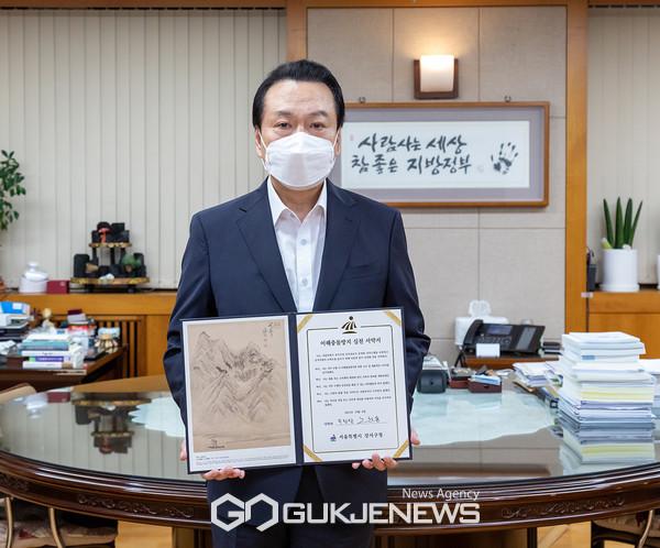 노현송 강서구청장이 12일 오후 집무실에서 청렴한 공직문화 조성을 위한 '이해충돌방지 실천 서약서'를 들어보이고 있다.