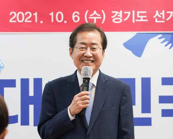 홍준표 국민의힘 대선 예비후보가 6일 jp희망캠프 경기도 선대위 임명식에 참석해 지지를 호소하고 있다.