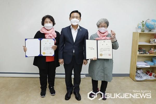 왼쪽부터 강금자 씨, 이차영 군수, 김복순 씨.(제공=괴산군청)
