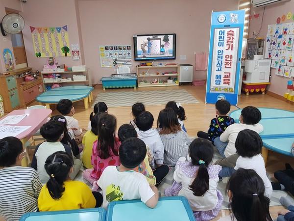 [사진제공=영덕군]※사진설명:영덕군관내어린이집의6~7세아동들이승강기안전교육영상을수강하고있다