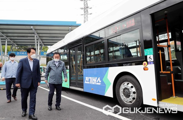 백군기 용인시장이 지난 12일 처인구 남동 버스 차고지를 찾아 전기버스 운행에 앞서 살펴보고 있다.(사진=용인시)