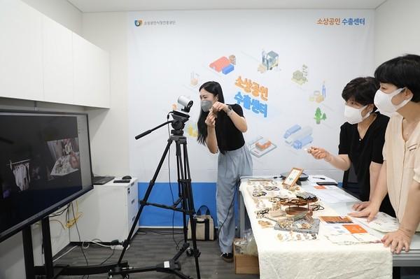 (사진제공=소진공) 소상공인 수출센터서 화상회의를 통해 해외 바이어에게 소상공인 우수제품을 소개하고 있다.