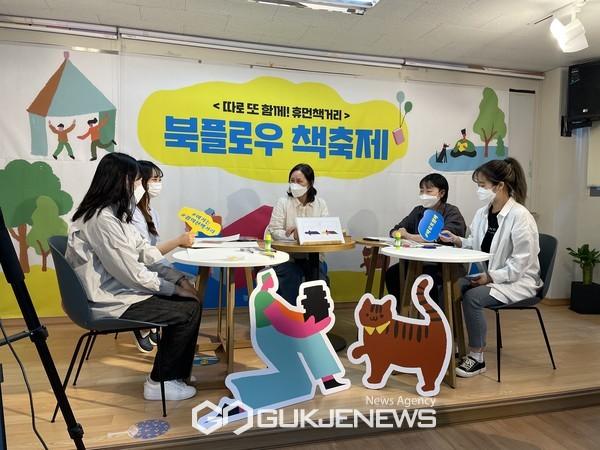 김리경 놀이작가(가운데)가 온라인 ZOOM 워크숍을 진행하고 있다