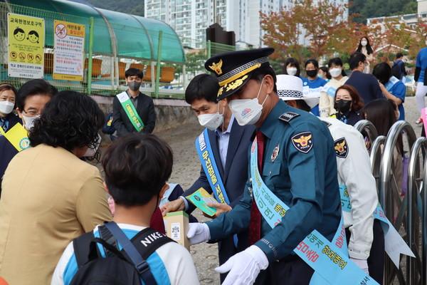 문경경찰서,유관기관합동'어린이교통안전캠페인'실시(사진=문경시)