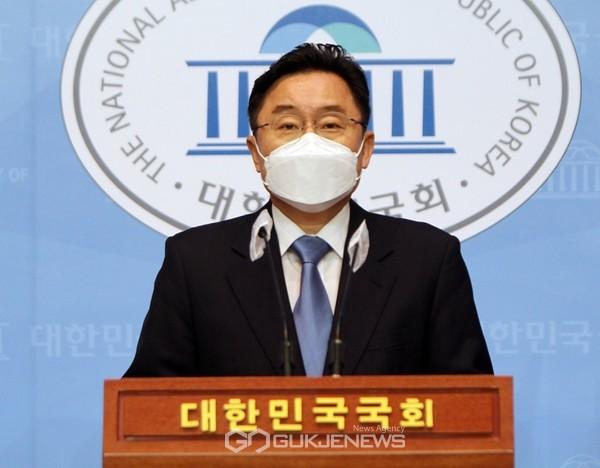 최인호 더불어민주당 수석대변인이 18일 오전 국회 소통관에서 문재인 대통령의 신년기자회견에 대해 브리핑하고 있다.