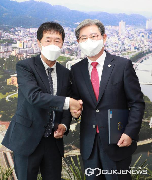 오태완 의령군수와 MBC 경남 이우환대표(좌측)가 도시재생사업의 성공적 추진을 위한 업무 협약식을 갖고 있다.