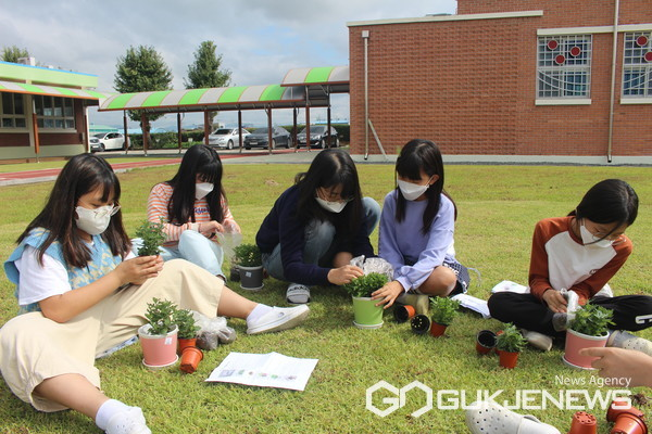 (사진제공=경남도) 경남도농업기술원 화훼연구소와 경남화훼산업발전협의회가 지역에서 생산된 꽃의 우수성을 알리고, 어릴 적부터 꽃을 가까이하는 습관을 길러 주기 위해 도내 초등학생을 대상으로 꽃 체험활동을 10월 22일까지 추진한다. 도내 한 초등학교 학생들이 꽃을 관리하고 있다.